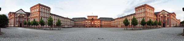 Schloss Mannheim, Ehrenhof, Panorama 180 Grad - aus 5 Aufnahmen zusammengesetzt von Hubert Berberich (Aus Wikipedia)