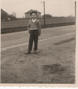 Ich- 1961 vor OEG-Schienen am Elternhaus