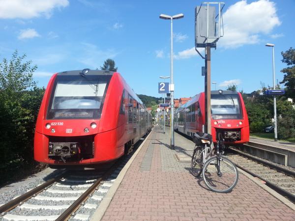 Bahnhof Birkenau mit Tal- und Bergfahrt-Zügen und meinem Fahrrad auf Gleis 2.