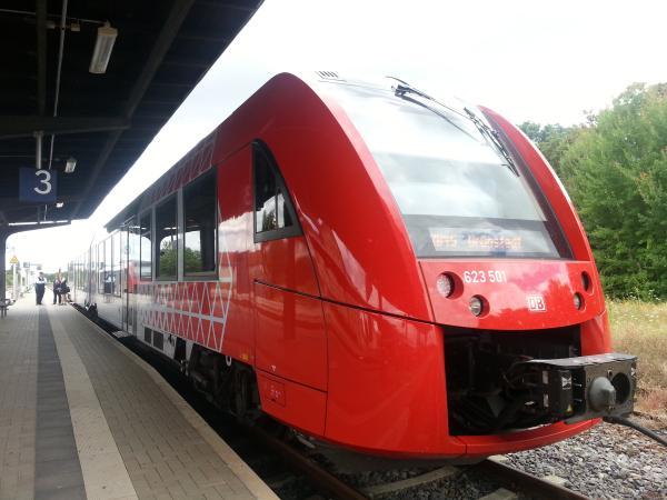 """Ein """"Süwex?"""" in seiner Dieselinkarnation am Eisenbahnknotenpunkt Monsheim auf dem Weg der RB 45 nach Grünstadt."""