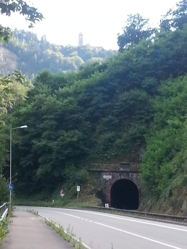 Weschnitztalbahntunnel mit thronender Wachenburg in Weinheim