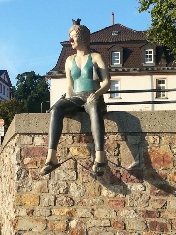 Die Froschkönigin von Birgit Helmy am Rheinufer Wiesbaden-Biebrich.