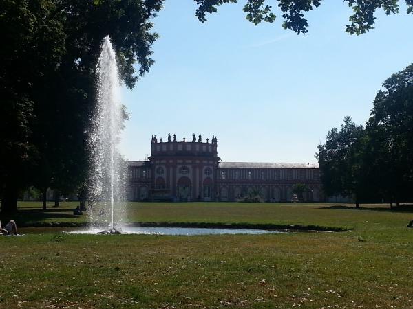 Schloss Wiesbaden-Biebrich vom Park aus geknipst.