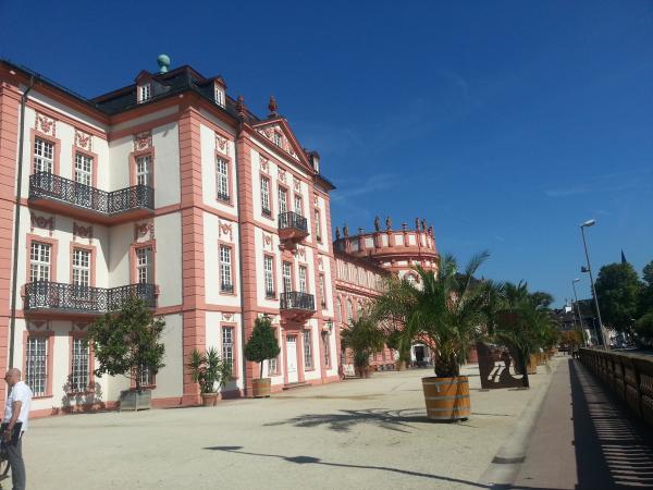Schloss Biebrich von der Seite.