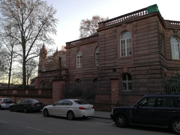 Museum Heylshof in Worms zwischen Dom St. Peter und Lutherdenkmal.. (Klick)
