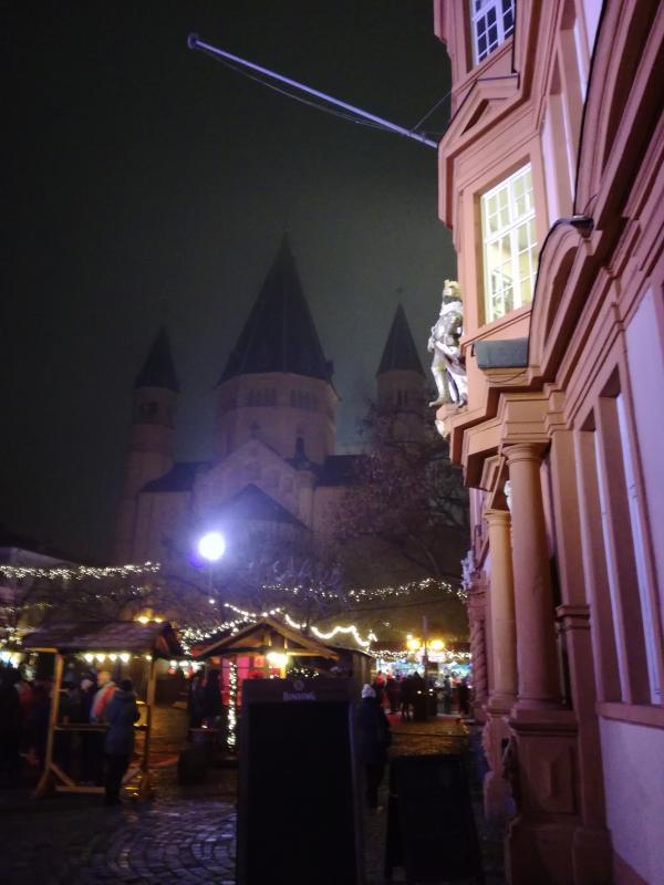 Weihnachtsmarkt vor dem Ostchor von einem Kaiser bewacht.